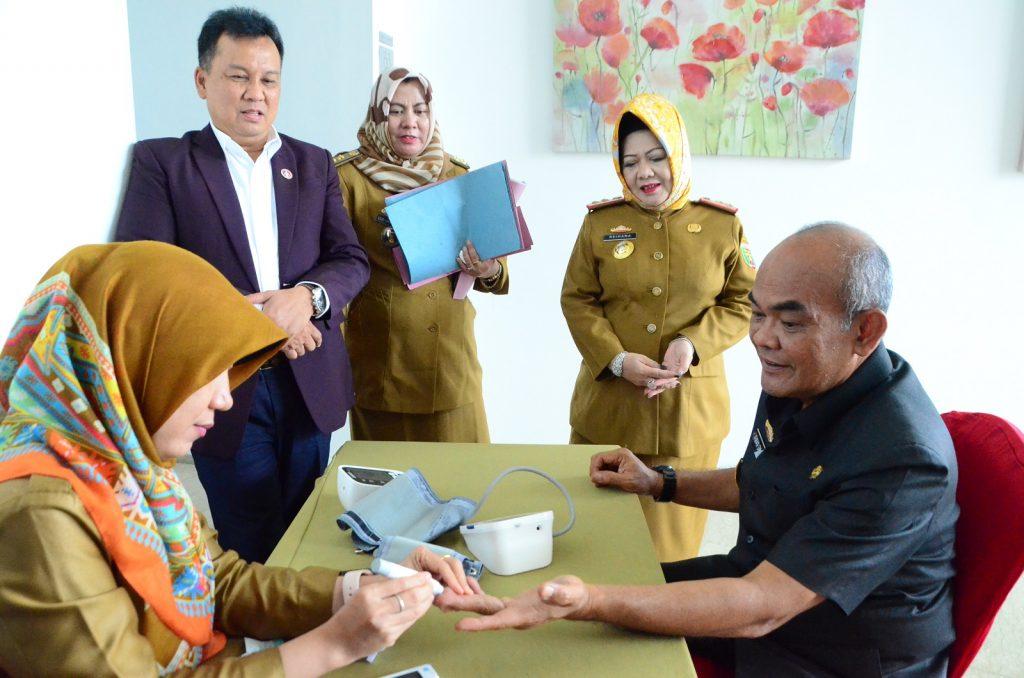 Irwan Sihar Marpaung didampingi oleh Reihana (kepala Dinas Kesehatan Prov. Lampung) turut cek kesehatan